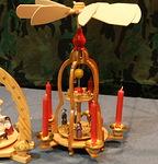 Kynttilöiden liekkien lämmöllä pyörivä seimiasetelma