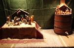 Tässä ovat niistä rinnakkain perinteinen saksalainen ja oliivipuusta tehty israelilainen seimi