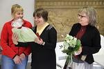 Alfa-emännällämme Tarja Laaksolla oli syntymäpäivä. Heidi Kuitunen ja Kaisa Ikävalko kukittivat hänet.