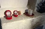 Pientäkin pienempiä seimiä pirtin muurin kulmalla