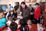 Kävimme Rienissä pienessä koulussa. Siellä presidentti Radu Tarle osallistui siellä Jeesuksesta kertovien lehtisten jakamiseen.