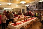 Noutopöydästä haettu jouluateria oli monipuolinen ja runsas. MOnille riitti jouluruokaa myös kotiin vietäviksi.