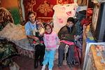 ... ja sen asukkaat odottamassa Joulun Lapsi pakettien jakamista