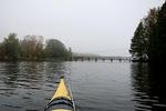 Sumu alkoi vähitellen oheta. Järven puolivälissä vastaan tuli rannat yhdistävä vanha kävelysilta.