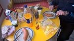 Tämän häpeilemättä miehisempää ja ravitsevampaa kahvipöytää tuskin voi löytää. Paistettu Lahden sininen, väkevää sinappia, nokipannukahvia ja voileipiä!