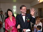 26... ja juhlalinen toimitus on ohi. Tuoreella avioparilla...
