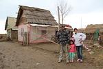 Robert, Cristina ja Gisela kotinsa edessä.