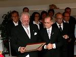 34.Yrjö Komulainen ja Tapani Rahko ojensivat Vesalle kunniakirjan
