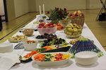 Pöytä oli katettu kauniisti hedelmillä, vihanneksilla ja muilla herkuilla...