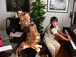 36. Juhlallisuuksien jälkeen iloinen yhdessäolo jatkui. Vesa Koivisto, Antton, Laura sekä Mikael ja leijona
