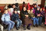 Lapsia ja heidän perheenjäseniään on kokoontunut Fascan koululle odottamaan paketteja