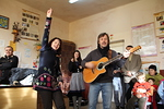 Pekka ja Arja Simojoki lauloivat ja laulattivat Fascan koulun lapsia