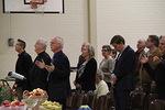 """Virren """"Pyhä, Pyhä, Pyhä suuri Jumalamme"""" myötä kaikki osallistuivat pöydän siunaamiseen ja Jumalan runsaista lahjoista kiittämiseen."""