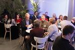 Opetusten jälkeen on kokoonnuttu pieniksi ryhmiksi keskustelemaan kuullusta