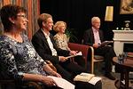Kuudennen Raamattuillan opettajana on Aarne Nurmio. Vasemmalla Kaija Telaranta ja Aarnesta oikealla Anne-Mari Rytkönen