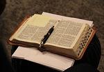 Raamattuilloissa opiskelemme Raamattua hyvän opetuksen, luentomateriaalin ja omien muistiinpanojen avulla.
