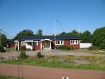 Båtsmansgårgenin kodikkaan mökkikylän päärakennus Fiskössä