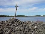 Stängskärin saaren  pirunpellossa seisoo harmaa risti