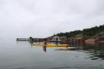 Merta likaavia kalanviljelylaitoksia eli kalakasseja kelluu meressä Kustavin edustalla useita.