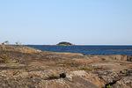 Jätämme yösatamamme ja suuntaamme kohti kaukana näkyvää Stångskäriä.
