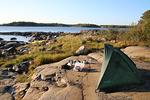 ...ja pieni laavuteltta pystytettiin rantakalliolle keitto- ja ruokailupaikaksi