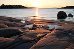 Sen suojasta on hyvä katsella auringon vajoamista kaukaisen saaren taa