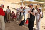 Mainio oppaamme Pentti Holi kertoi Masadan rakentamisesta ja historiasta