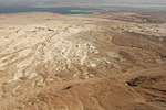 Masadan muurin reunalta avautuu huikea näkymä autiomaahan ja Kuolleelle merelle