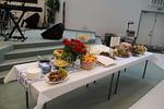 Kauniisti katetulla p�yd�ll� on mm. hedelmi�, viiniryp�leit�, oliiveja, leip�� ja keksej�. Lopussa on muutama kuva p�yd�n yksityiskohdista.