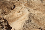 Tässä ovat roomalaisten alhaalta aina muurin reunalle asti rakentaman  valtausluiskan jäänteet