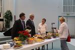 Keski-Uusimaa lehden toimittajakin k�vi tutustumassa agape-p�yt��n, jota h�nelle esitteliv�t Vesa Rauttu, Timo Lehtikari ja Kaija Telaranta