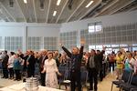 Innostava ylistysmusiikki sai paikalle tuvan t�ydelt� saapuneet osallistujat pystyyn ja kiitt�m��n Jumalaa