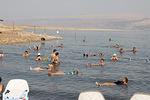 Uiminen Kuolleen meren suolaisessa vedessä on melkoinen elämys