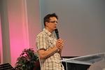Mika Hirvi kertoi uskostaan ja toiminnassaan Arkissa ja Missio J�rvenp��ss� sek� lauloi kerrassaan upeasti Elviksen gospeleita