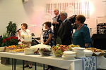 Ennen agape-ateriaa p�yd�n entimet  esiteltiin ja siunattiin. Vasemmalta Kaija Telaranta, Heidi Kuitunen, Reijo Telaranta, Timo Lehtikari ja Seija Leveelahti.