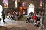 Kirkossa luettiin Raamattua, hiljennyttiin ja laulettiin
