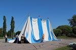 ...mutta näihin ei ripustettu purjeita vaan valtavat telttakankaat...