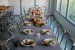 Kauniisti katetut pöydät kutsuivat tauolle ja keskustelemaan kuullusta.