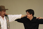 Ystävien kanssa pidetään hauskaa ja opetellaan kreikkalaisia tansseja...