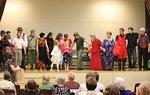 Näytelmän päätyttyä kaikki näyttelijät tulivat lavalle kumartamaan...