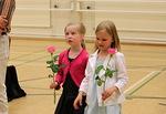 Näytelmäseurueen nuorimmat Emilia ja Jannica kukitettuina