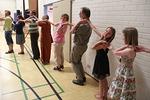 ...ja pian kaikki liikkumaan kykenevät tapailivat innolla israelilaisen tanssin askeleita