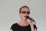 Hengellisten laulujen sanoma kaikui kauas Rantapuiston nurmikoille ja rannoille. Denice Villikka