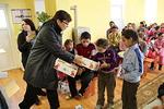 Kaija jakamassa paketteja pojille. Takana ryhmämme kokenut Romanian kävijä Marja-Leena Erkkilä.