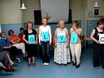 Joukkueet saivat kaulaansa kirjaimet, joista piti nopeasti muodostaa vastaus esitettyyn kysymykseen.