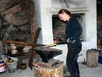 Ikivanhassa pajassa paukkui jälleen vasara. Sofia Törnroosin taitavissa käsissä syntyi monenlaisia koruja ja esineitä.
