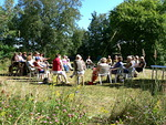 Kun muu Suomi värjötteli sateessa, saaristossa nautittiin auringosta. Niinpä oppitunteja ja kokoontumisia voitiin pitää ulkona.
