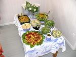 Tässä toinen esimerkki yltäkylläisestä ja monipuolisesta lounaspöydästä.