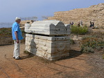 """Valtava sarkofagi. Kuvakertomus jatkuu osassa 2 """"Kolmen uskonnon Pyhä Maa"""""""