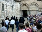 Piispojen ja pappien kulkue menossa Pyhän haudan kirkkoon